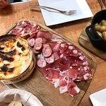 tabla de queso al horno y embutido con patatas