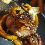 filete de carne con tocino y verduras