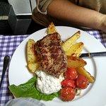 Telecí steak na grilu, pečená cherry rajčata s bylinkami a česnekem na grilu, řecké pečené bramb