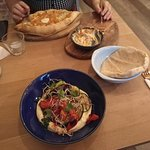 chaczapuri i hummus z grillowanymi warzywami