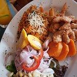 Piqueo para 2: ceviche de pescado, causa rellena de pulpa de cangrejo, chicharrón mixto y arroz