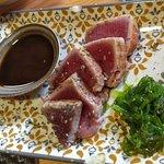 Tataki de atún. La salsa de soja estaba un poco fuerte, pero las algas estaban espectaculares. M