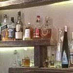 le bar avec une variété d'alcools!