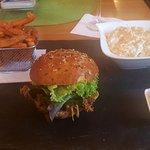 BBQ Pulled Pork Burger mit Süßksrtoffenn und Coleslaw