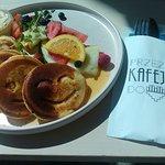 Pancakes z białą czekoladą i owocami.