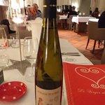 Vin blanc local conseillé à prix abordable et servi givré ...