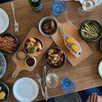 food sharing menu: dorada, policzki wieprzowe, skrzydełka, pieczone ziemniaki, grillowane warzyw