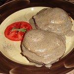 Яйца «Бенедикт» с грибным соусом на домашней булочке (210 руб.)