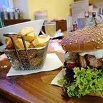 Pivovarský burger (slanina, hovädzie mäso, šalát, rajčina, dresing, syr..)