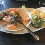 Kokt ørret med rotgrønnsaker, agurksalat, poteter og fløtesaus.