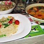 Eend in kokosmelk met rode curry en groenten en noedels.