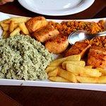 Dourado grelhado, arroz com espinafre, farofa e batatas