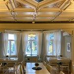Talin Kartanon ravintolan suurin sali lounaan loppuessa jo osin tyhjänä.