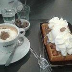 Cafe Nucciola y waffles con helado de crema americana, crema chantilli, almendras y nucciolla