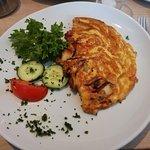 Omelette mit Schinken, Zwiebeln und Tomaten und Bircher Müsli