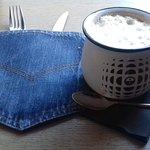 Bez tego nie było by poranku- kawa latte podana w fajnym kubeczku