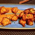 Pulpo a la parrilla con patatas revolconas (con salsa picante kimchi)