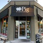 صورة فوتوغرافية لـ Pig & a Jelly Jar
