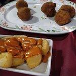 croquetas y patatas bravas