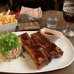 Varkensvleesribben, frietjes, koolslaatje en een Carolus Classic.