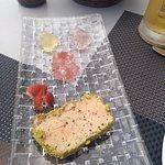 Foie a la sal con gelatina de violetas, fresa y jengibre