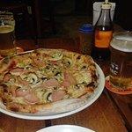 deliciosa pizza de jamón dulce, champiñon y queso mozzarella