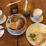 Śniadanie z jajkiem czyli koszyk pieczywa, domowa konfitura i czekolada oraz omlet francuski plu