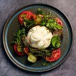 Буратта с томатами и миксом салатов