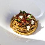Spaghetto di grano lucano con aglio nero, baccalà e peperone crusco