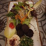 Falafel (= frittierte Bällchen aus pürierten Kichererbsen, Kräutern und Gewürzen, dazu Taboulét