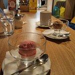 Мороженое клубничное и шоколадное