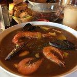 Cassolette du pêcheur : soupe de poisson maison très goûteuse, accompagnée de pommes de terre cu