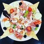 En ce jour ensoleillé, notre salade au jambon cru accompagnée de ses toasts régalerait vos papilles... 🥗☀️😉