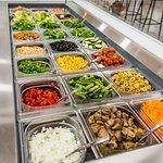 Personaliza tu ensalada con + de 50 ingredientes frescos, locales y de temporada.