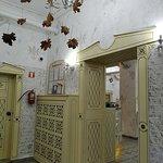 вид от двери в правый зал - видна уже стойка с разными сортами чая и витрина с печеньками.