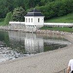 Badestrand om sommeren og fin tursti hele året med benker og dekke for rullestoler.
