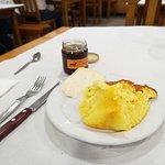 Pão de ló com queijo e mel