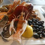 Une assiette de fruits de mer copieuse