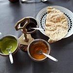 sauces et galettes servies avec l'apèritif