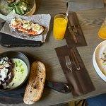 Против часовой: салат со страчателлой, сумасброд, тартар из дичи, говяжий тартар, карандашики дл