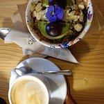 Bowl de yogur con fruta y granola. Muy rico. El café con leche vegetal sabía algo raro