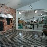 Interior del establecimiento, se ve la fábrica