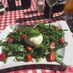 Burrata auf Salatbett mit Prosecco