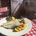 Gebratener Fisch mit Kartoffeln und Gemüse