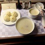 東方花園飯店の朝食ルームサービス(有料。中華粥)