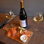 saumon gravlax avec un grand panel de choix dans notre cave à vins