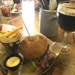 XL Mission Accomplished dobbelt-burger med almindelige fritter og chili-mayo