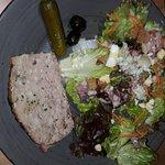 Salade maison - paté - fromage -salade verte et carottes
