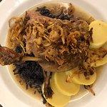 Konfitovaná kachní stehna s červeným zelím a bramborovým knedlíkem v restauraci U Tlustých