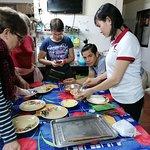 Die Tochter des Hauses (Chefin?) beim Kochen mit den Gästen